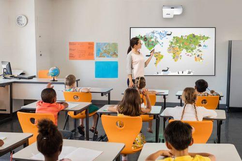 Мультимедийный проектор визуализирует классные комнаты